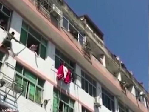中国人女性が力技で自殺を阻止される03
