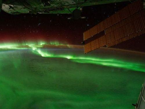 国際宇宙ステーションから見たオーロラが幻想的