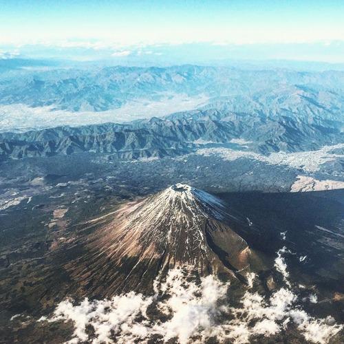 飛行機の窓から撮った富士山02
