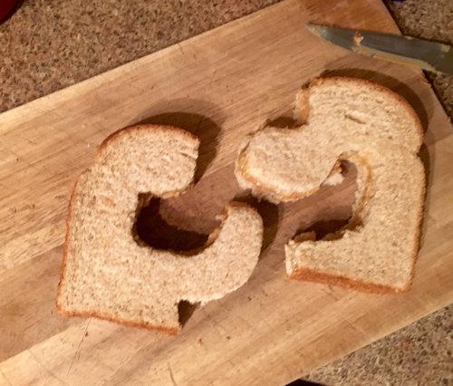 妻「サンドイッチを半分に切って」01
