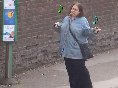バス停で踊る女性00