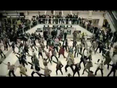 350人が一斉に駅でダンス