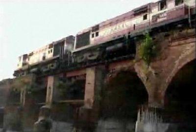 冗談抜きで今にも事故が起きそうなインドの鉄道橋02