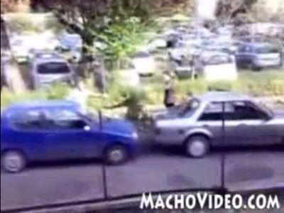 車がぶつかって大喧嘩するイタリア人
