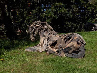 枯れ木で造られた馬のアート15