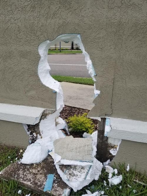 庭にいたら壁にぽっかり大穴03