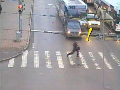 信号のある横断歩道に突っ込むバス、逃げ切る男性_s