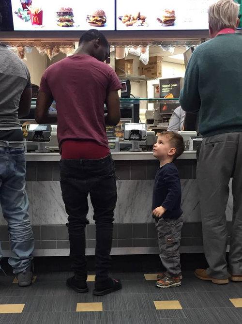 「3歳の子供がマクドナルドで隣の大人を注意」01