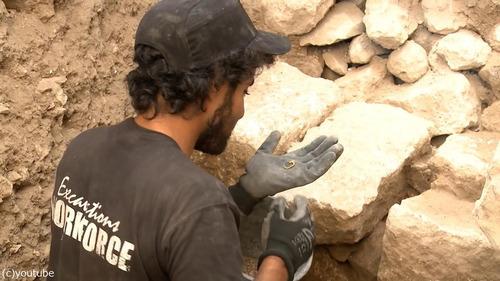 紀元前の黄金のイヤリングが発掘される02