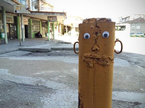 ブルガリアの街中に目玉シール06