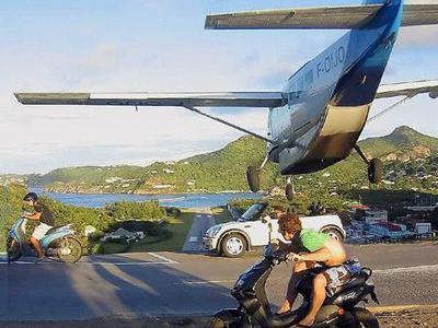 恐怖すぎる日常的に車とスレスレの着陸をする飛行場