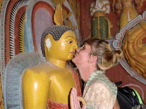 仏像との写真が失礼だとフランス人旅行者逮捕03