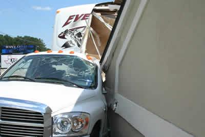ドライブスルーATMの屋根が崩れる03