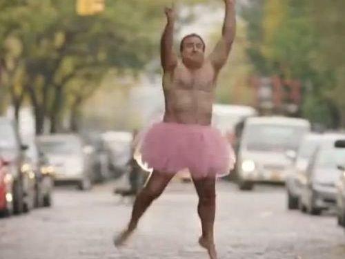ピンクのチュチュを着る夫09