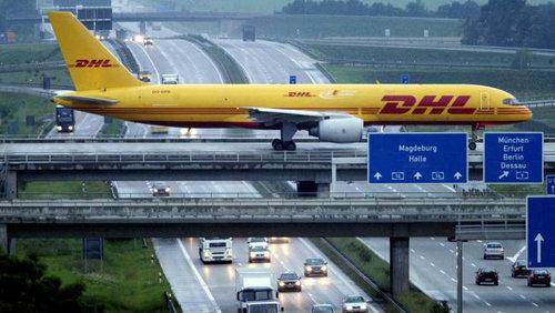 ドイツの高速道路を横切るエアバス02