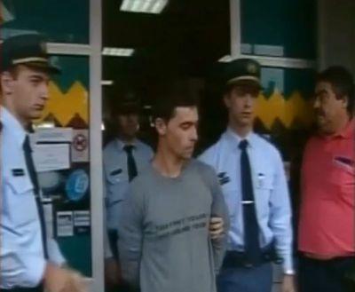 パンツ丸見えで逮捕された泥棒04
