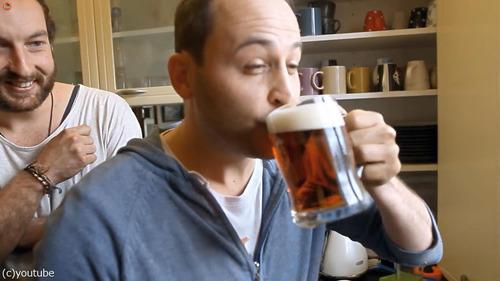 自宅の蛇口からビールが出てくるドッキリ04