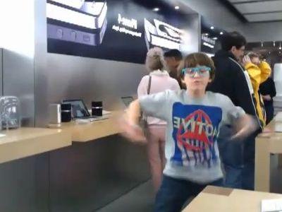 アップルストアで踊る少年
