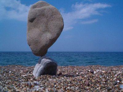 石や岩を見事なバランスで積み上げたアート04