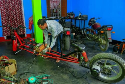 インドのパパ、バイクを魔改造03