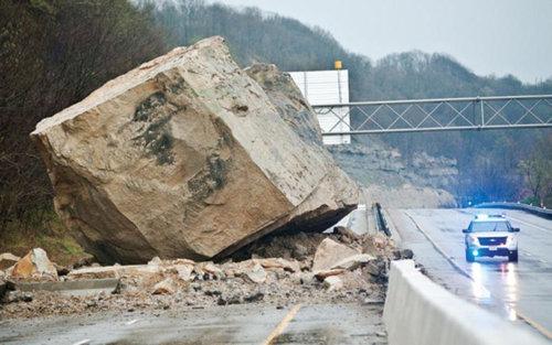 オハイオ州で巨石が高速道路に落下01