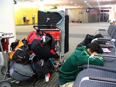 空港で眠りこける人々13