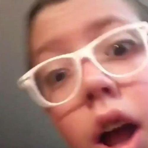 鉛筆を投げて驚愕する少年08