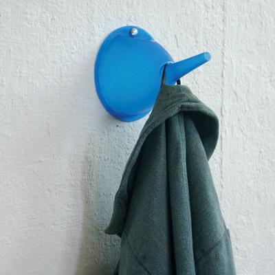 ろ過じゃなくて、水を集めるやつの青いやつをねじ止めして、服をかける-くだらない笑える面白いリサイクル12