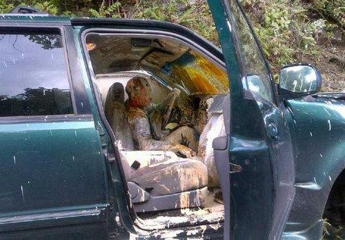ペンキ缶を乗せた車が事故01