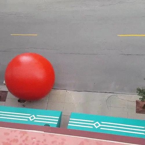 巨大な赤いボールが転がる07