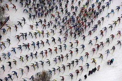 スキーで1万人以上が密集して雪崩のように滑る状況02