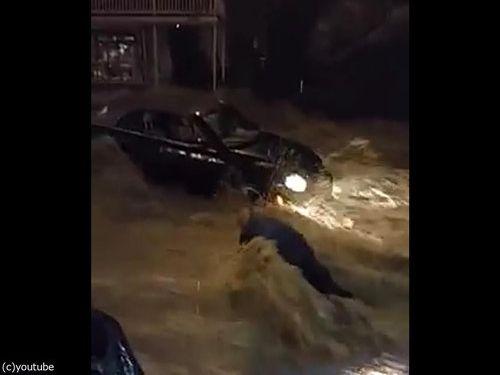 メリーランド州の大洪水、人間チェーンを作って人命救助02