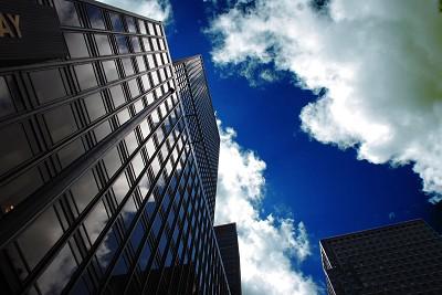 下から見上げた高層ビル