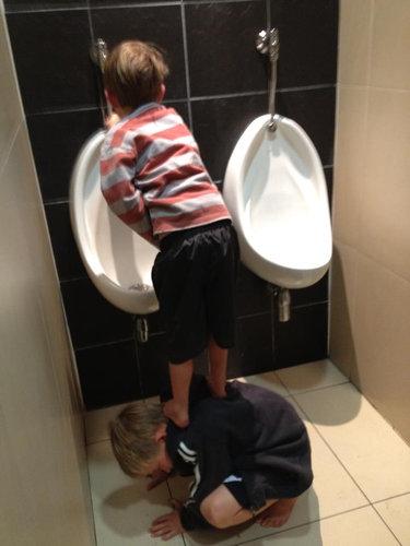 小さな兄弟がトイレで助け合い01