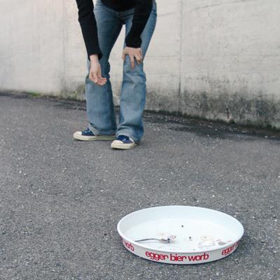 犬の餌入れみたいな白い皿に、黒い点やスプーンその2-くだらない笑える面白いリサイクル04