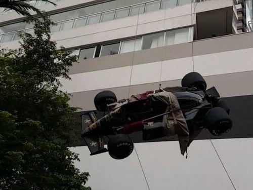 F1マシンを「マンションの天井の装飾」03