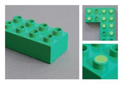 緑のレゴのくぼみにスポンジか何かを埋める-くだらない笑える面白いリサイクル21