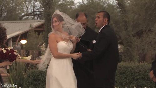 結婚式の愛の誓いのときに強烈な嵐02