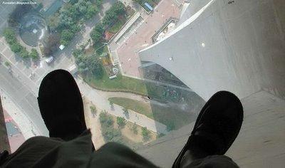 ガラス張りの高層ビルの下04