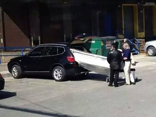 強引に車に積んでしまう人々16