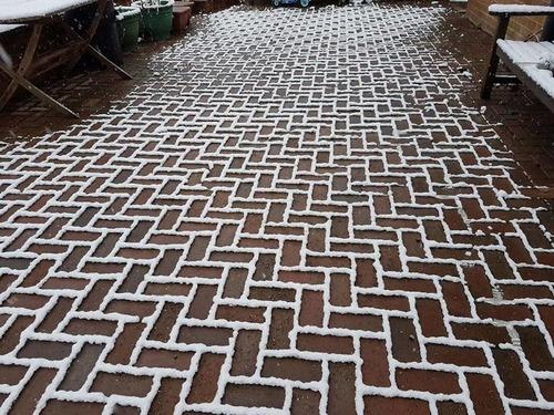 レンガの地面に雪が降ると01