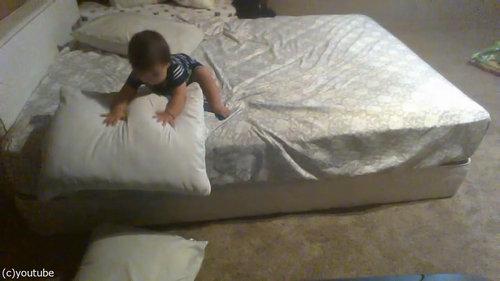 ベッドを降りる天才赤ちゃん04