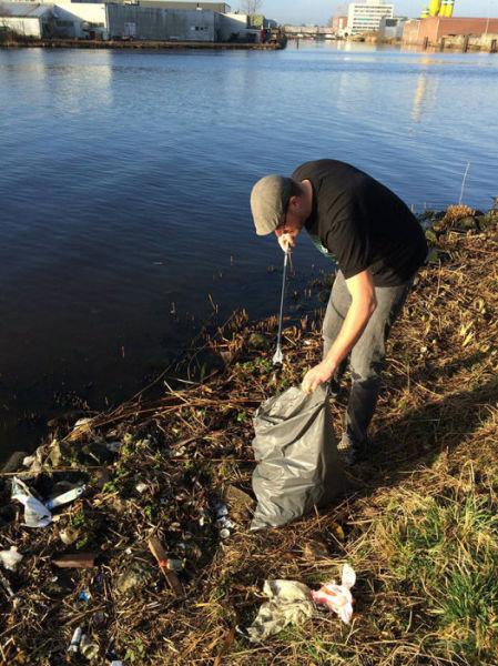 オランダの川辺をゴミ掃除03
