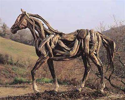 枯れ木で造られた馬のアート22