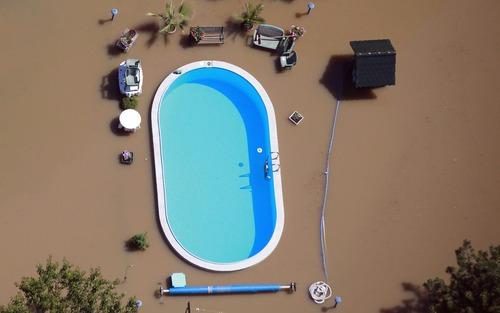 洪水に襲われた日のスイミングプール01