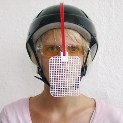 顔の前にハエ叩きの正面図-くだらない笑える面白いリサイクル10