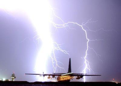 飛行場に超特大の落雷