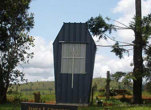 墓地に棺おけ型トイレ02