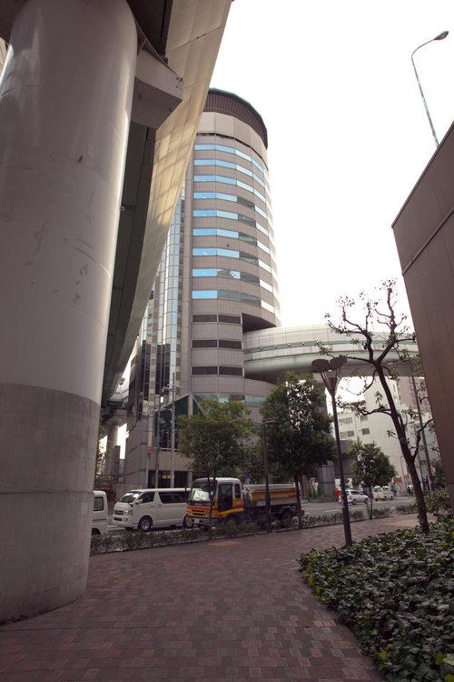 大阪のビルを突っ切る高速道路06