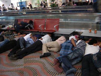 空港で眠りこける人々08